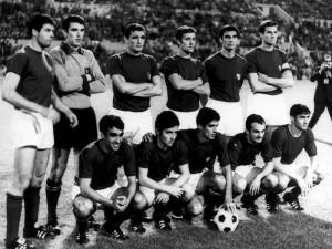 L'Italia che batte 2-0 la Jugoslavia; in piedi: Salvadore, Zoff, Riva, Rosato, Guarneri, Facchetti; accosciati: Anastasi, De Sisti, Domenghini, Mazzola, Burgnich