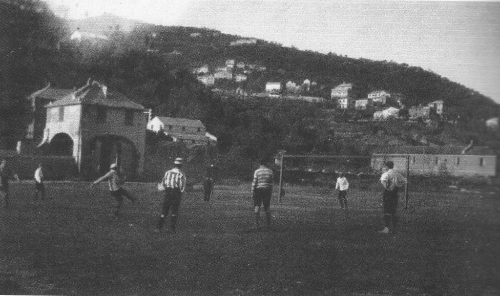 Il genoano Dapples calcia un rigore nella finale del 16/4/1899 contro l'Internazionale Torino (da Football 1898-1908, L'Età dei pionieri)