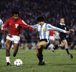 Peru's Teofilo Cubillas runs at the Argentina defence