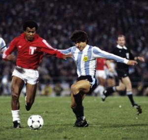 Peru's Teofilo Cubillas runs at the Argentina defence