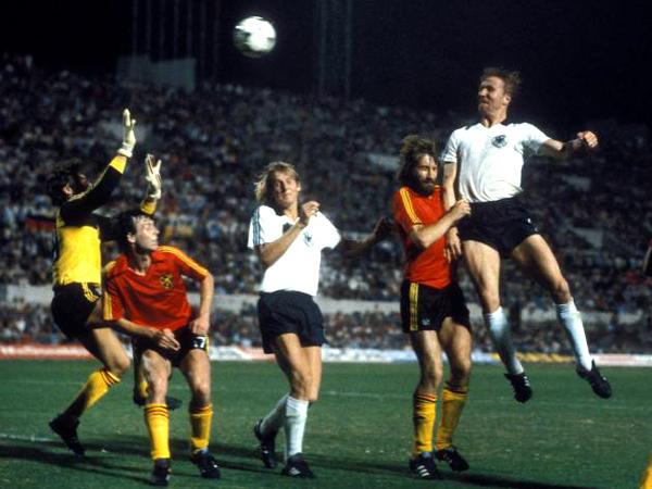 1980: Hrubesch anticipa tutti e di testa batte Pfaff