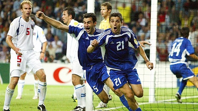 Traianos Dellas e Katsouranis esultano dopo l'1-0 alla Repubblica Céka