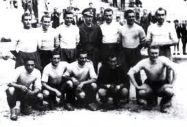 Una formazione dei Vigili del Fuoco Spezia 1943/44. In piedi: Tommaseo, Costa, Rostagno, il comandante Gandino, Borrini, Tori, Angelini; accosciati: Persia I, Scarpato, Amenta, Bani, Gramaglia