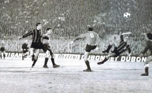 1965, Mazzola sigla il 3-0 a Milano