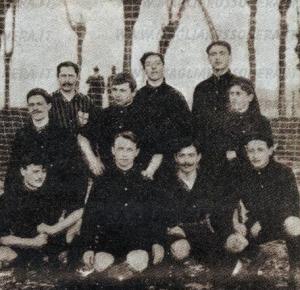 Una immagine del Milan che scende in campo il 7 gennaio 1906. Dietro si scorgono le reti