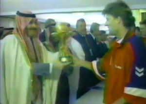 1995: Re Fahd consegna a Michael Laudrup la coppa