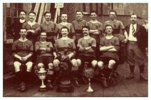 1907, Union Saint Gilloise. La coppa sulla sinistra è la Coupe Ponthoz