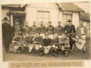 La squadra del Paulistano che batte 3-1 lo Stade Français. Friedenreich è il secondo accosciato da sinistra