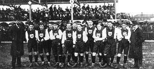 5 Aprile 1908. La nazionale tedesca che perderà a Basilea 5-3 contro la Svizzera. Kipp è il terzo da destra
