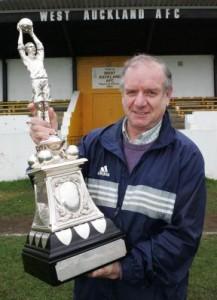 Il Lipton Trophy mostrato con orgoglio dal West Auckland. La coppa originale fu rubata nel 1994. Quella in foto è un copia