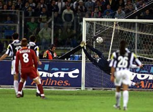 2001-05-06-Juventus-Roma-2-2-gol 2-1-Nakata al tiro[Sportal]