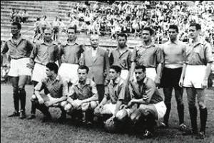 Il Milan in azzurro; in piedi, da sin.: De Grandi, Gren, Silvestri, Bonomi, Tognon, Buffon, Liedholm. Accosciati: Annovazzi, Burini, Renosto, Nordahl