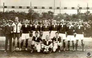Sparta Praga 1922. Da sin.: Johny Dick, Peyer, Pilát, Hojer A., Káďa, Perner, Janda, Sedláček, Kolenatý, Červený, Pospíšil, Šroubek.
