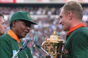Pienaar e Mandela con la Coppa del Mondo di rugby