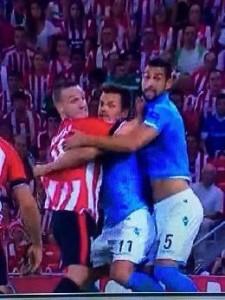 Gurpegui e Britos bloccano Maggio che si è appena perso Aduriz. Il gol dell'1-1 è servito