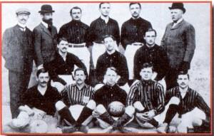 Il Milan campione nel 1907. Bosshard è il primo dei seduti da sinistra, Widmer (altro svizzero ex San Gallo) è quello con il pallone in mano [per gentile concessione di ]