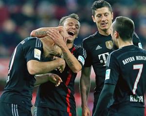 Il Bayern festeggia Robben dopo un gol all'Augusta