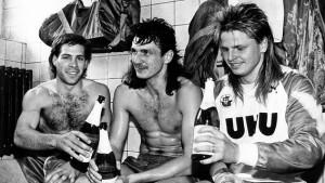 Paul Caligiuri, Gernot Alms e Mike Werner festeggiano il titolo 1991 e l'accesso alla Bundesliga
