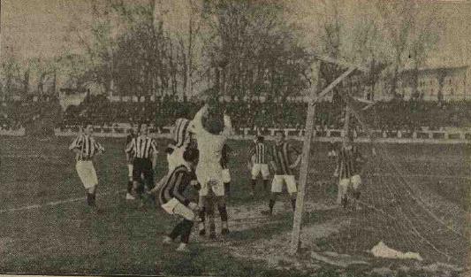 Milano, 23/3/1910, Inter-Juventus 3-5: il portiere juventino Pennano neutralizza un attacco nerazzurro (foto La Stampa Sportiva)