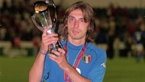 Europei Under 21 2000, Pirlo alza il trofeo con espressione che spesso caratterizzerà i suoi momenti di felicità