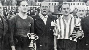 23/12/1945: Escolà, capitano del Barcellona, premiato dal console argentino