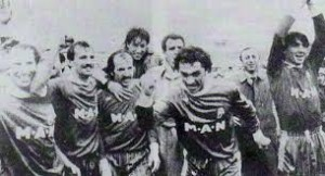 Il Bari esulta dopo la vittoria a Torino (da La Stampa)