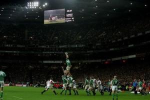 Paul O'Connell vince una rimessa per l'Irlanda mentre il tabellone segna già un parziale di 26-3