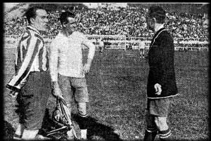 Prima del match di Madrid contro l'Atletic. C'è il capitano dei colchoneros Pololo, il capitano degli uruguayani Nasazzi e Santiago Bernabeu, arbitro d'eccezione