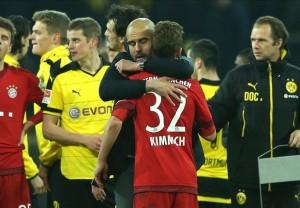 Guardiola abbraccia Kimmich. Il tecnico lascia il Bayern Monaco dopo 3 Bundesliga, 2 DFB Pokal, una Supercoppa Europea e un Mondiale per club