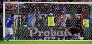 Neuer para il rigore di Darmian. Molto peggio dell'esterno hanno fatto Zaza e Pellé
